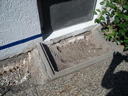 ...an diesem Kellerfenster zerstörte die Feuchtigkeit im Laufe der Jahre die Bausubstanz...
