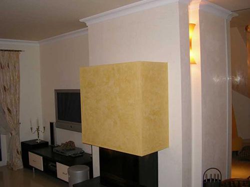 In diesem Wohnzimmer haben wir mit venezianischen Spachteltechniken und feinem Putz gezielt Akzente gesetzt. Die Stucktechniken runden den mediterranen Stil des Wohnzimmers ab.