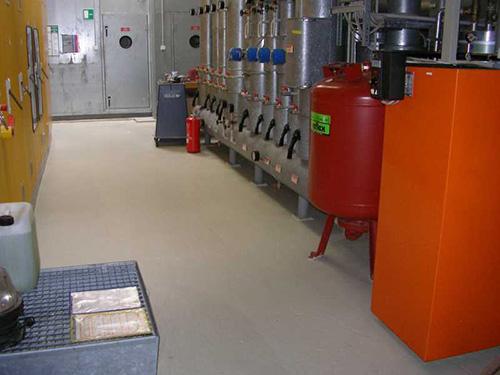 In diesem Technikraum sorgt eine Gewässerschutzbeschichtung für Umweltschutz bei einem Havariefall.
