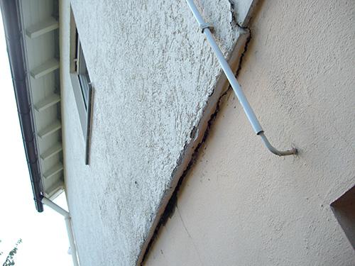 An diesem Privathaus riss auf der gesamten Breite des Hauses der Anschluss zwischen Fassade und Sockel.