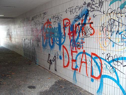 In dieser Unterführung waren die gefliesten Wände mit zahlreichen Graffitis übersäht...