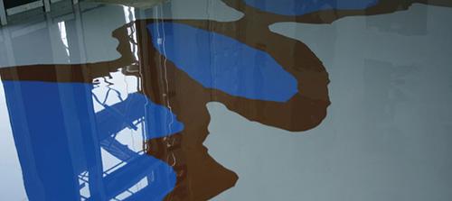 Diese kreative Kayser-Bodenbeschichtung schmückt den Showroom eines Kleidungsherstellers.