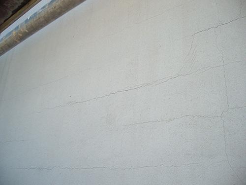 An dieser Fassade riss der Putz auf großer Fläche. Fehlende Armierung sorgte hier für ein flächendeckendes Rissbild.