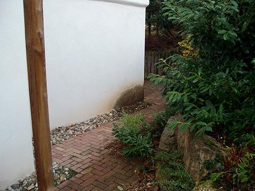 In diesem Fall sorgte eine fehlende Gartenentwässerung, sowie eine fehlende Bauwerksabdichtung zu einem massiven Algenbefall.