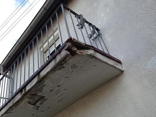 In diesem Bild sieht man eine schadhafte Balkonabdichtung. Eindringende Feuchtigkeit zerstört mit der Zeit die gesamte Bausubstanz.