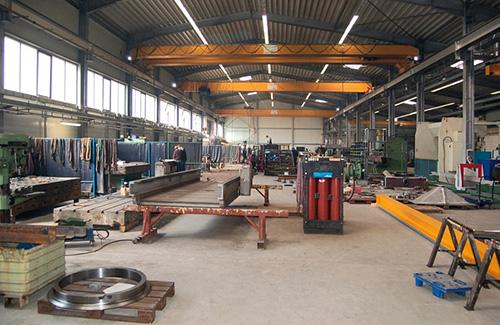 In dieser Stahlbaustraße dient eine widerstandsfähige Bodenbeschichtung für reinigungsfreundlichen und zugleich widerstandsfähigen Umgang.
