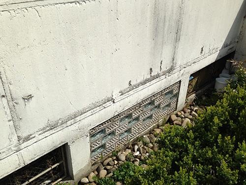 In den meisten Fällen kommt es aufgrund von eingedrungener Feuchtigkeit zu Abplatzungen am Beton. Ohne fachgerechte Ursachenbekämpfung kann es zu dramatischen Schäden kommen.