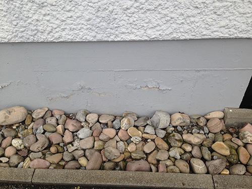 Sogenannte Ausblühungen sind Anzeichen für Feuchtigkeit im Bauteil. Vorboten für kostenintensive Sanierungsmaßnahmen, falls nicht die Ursache behoben wird.