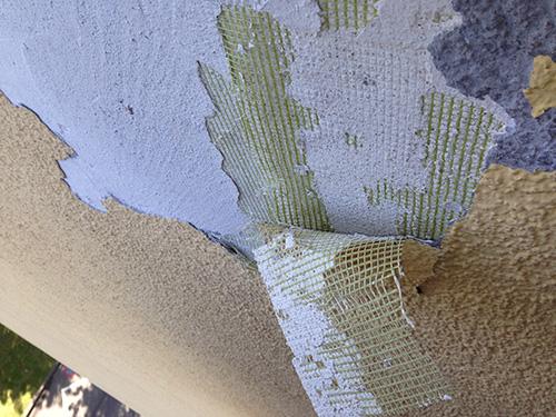 In diesem Extremfall löste sich die gesamte Fassade wie eine abgestoßene Haut. Ursache: Falsche Untergrundvorbereitung und fachmännisch mangelhafte Ausführung des Systemaufbaus.