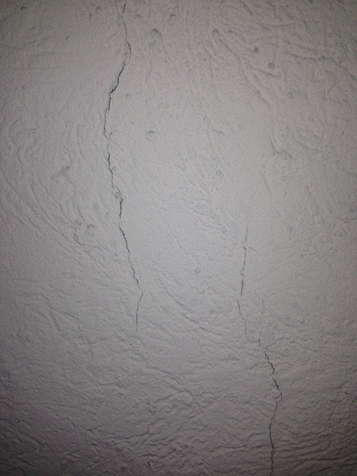 Risse in der Wand deuten auf eine ungewollte statische Bewegung hin. In diesem Fall konnte eine entsprechende Armierung das Problem lösen.