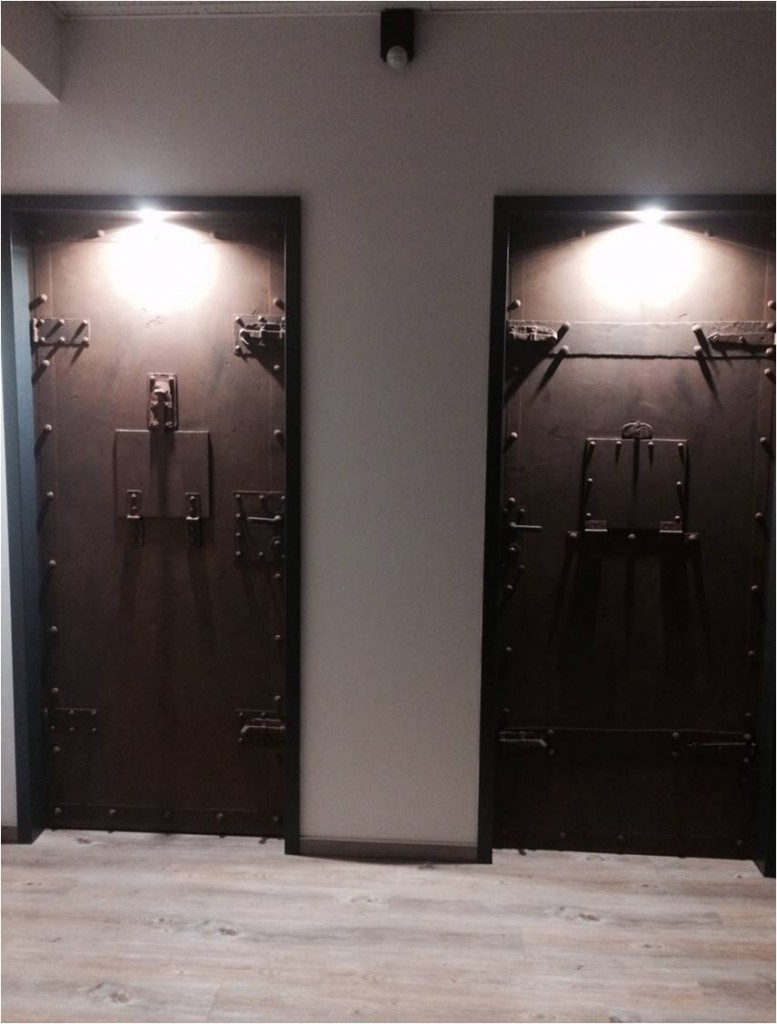 Hierbei handelt es sich um zwei ganz normale Türen. Fast! Metallimitation und Rostoptik verhelfen den Türen zu einem einmaligen Design.