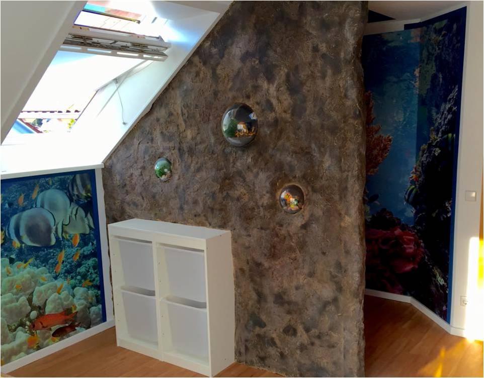 Das Kinderzimmer der besonderen Art. Aus dem Raumtrenner wurde ein Felsimitat kreiert. In Verbindung mit den Motivtapeten ergibt sich die perfekte Illusion.